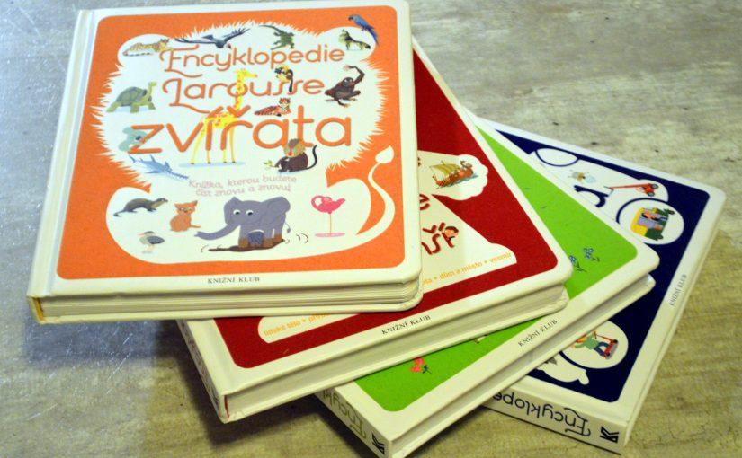 dětské encyklopedie Larousse ležící na sobě