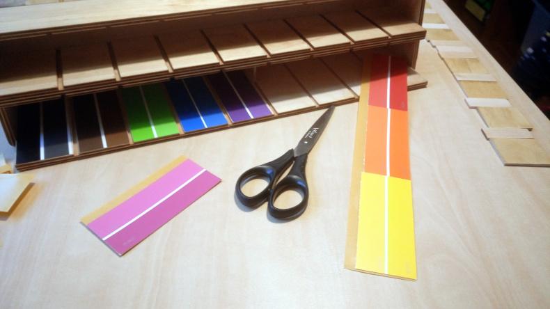 Lepení barevných rozlišovačů, pomocí oboustranné lepicí pásky