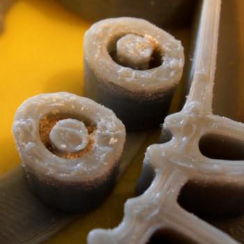 Zbytky těsta ve vykrajovátku vytištěném na 3D tiskárně