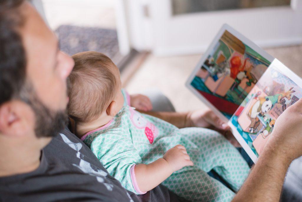 táta se synem čtou knihu