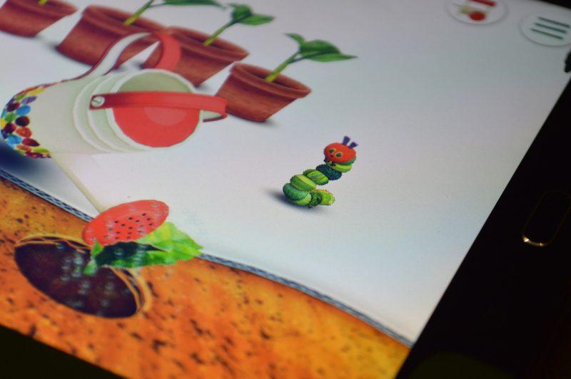 foto displeje tabletu se spuštěnou hrou