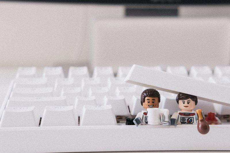 lego panáčci lezoucí z klávesnice
