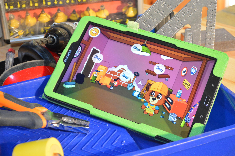 fotografie tabletu se spuštěnou hrou Oprava domu