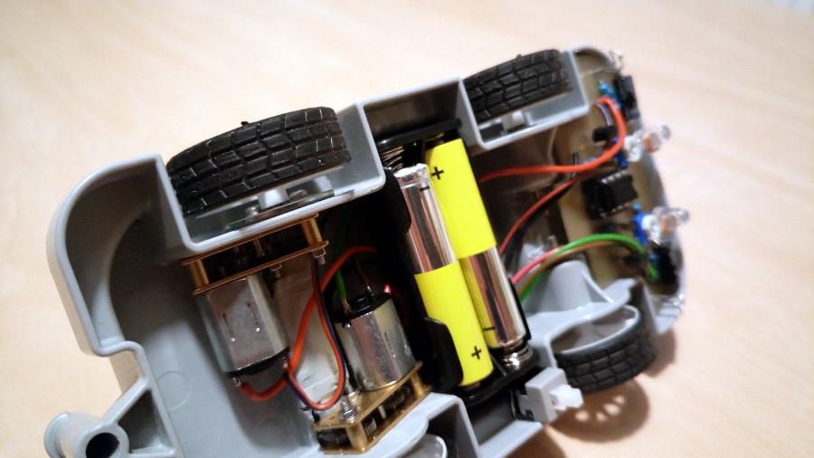 Elektronika v podvozku sledovacího autíčka