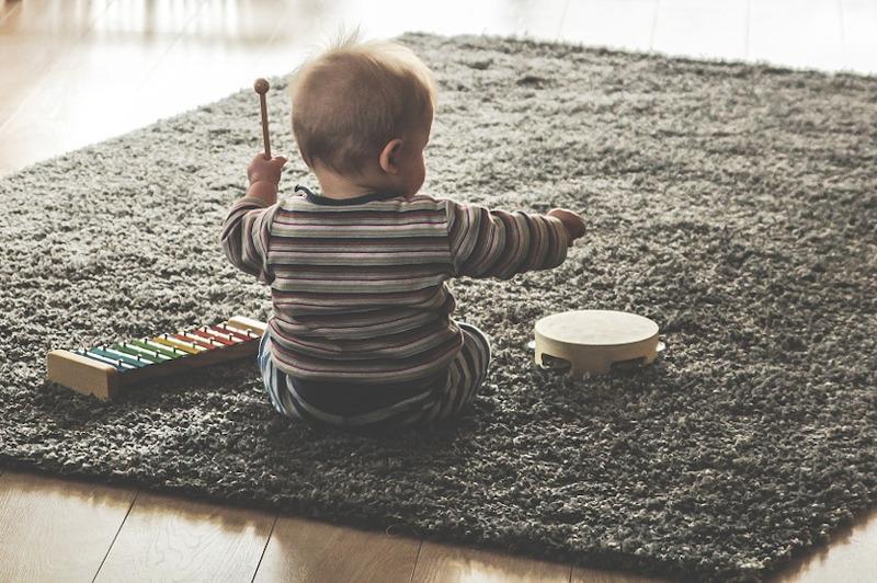 dítě s bubínkem a xylofonem