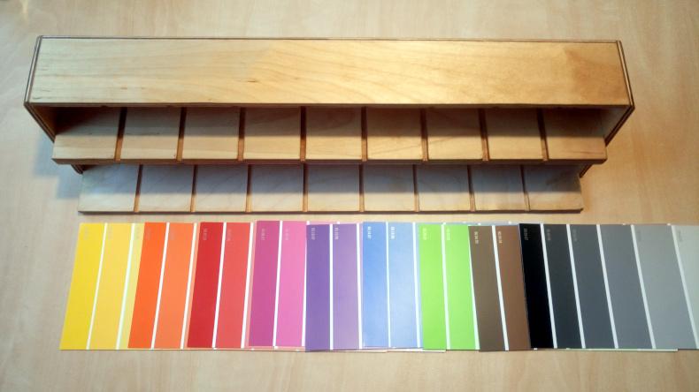 Pastelkovník připravený k nalepení barevných papírových proužků