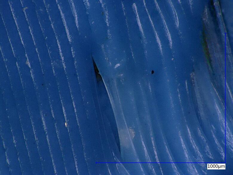 Detail děravé a zvlněné stěny tištěného vykrajovátka