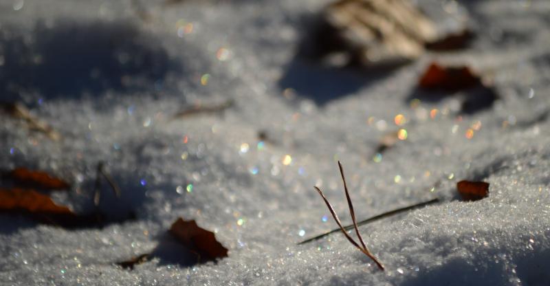 Titulní obrázek zobrazující barevné jiskření sněhu